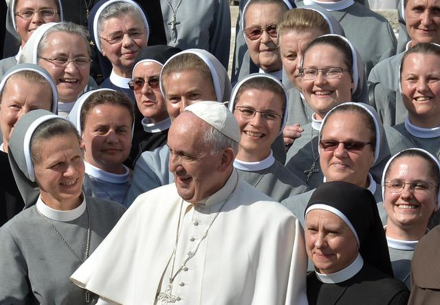 Pope Francis poses for a photo with a group of nuns during his weekly general audience in Saint Peter's Square, Vatican City, 07 October 2015. ANSA/ETTORE FERRARI